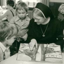 Kindergarten St. Vincenz in Hildesheim mit Schwester Makaria  (etwa 1980)