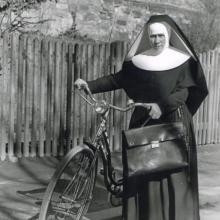 Ambulante Krankenschwester mit Fahrrad (vor 1945)