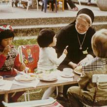 Schwester Makaria im Kindergarten St. Vincenz in Hildesheim (um 1985)